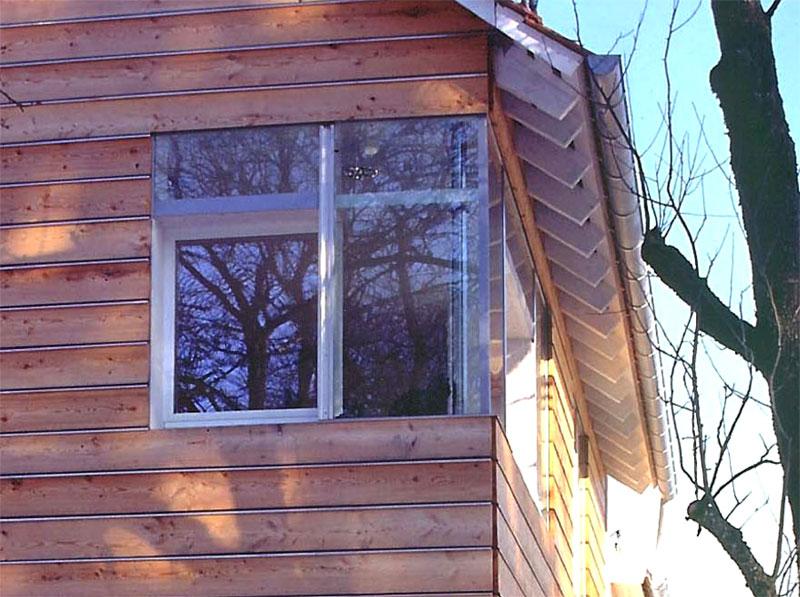 Fenster im Raster der Schalung