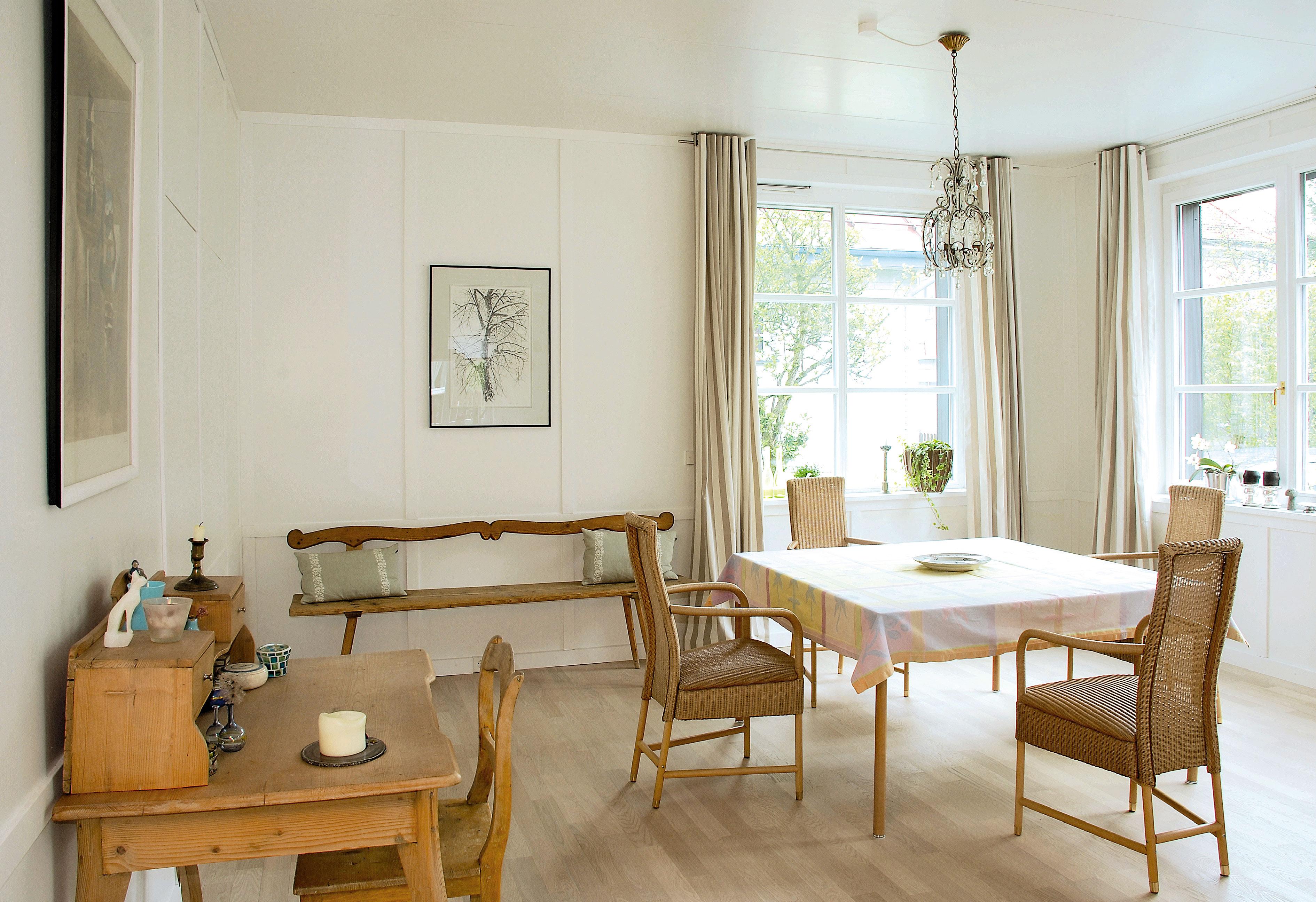 Holzvertäfeltes Esszimmer offen zur Küche und Wohnbereich