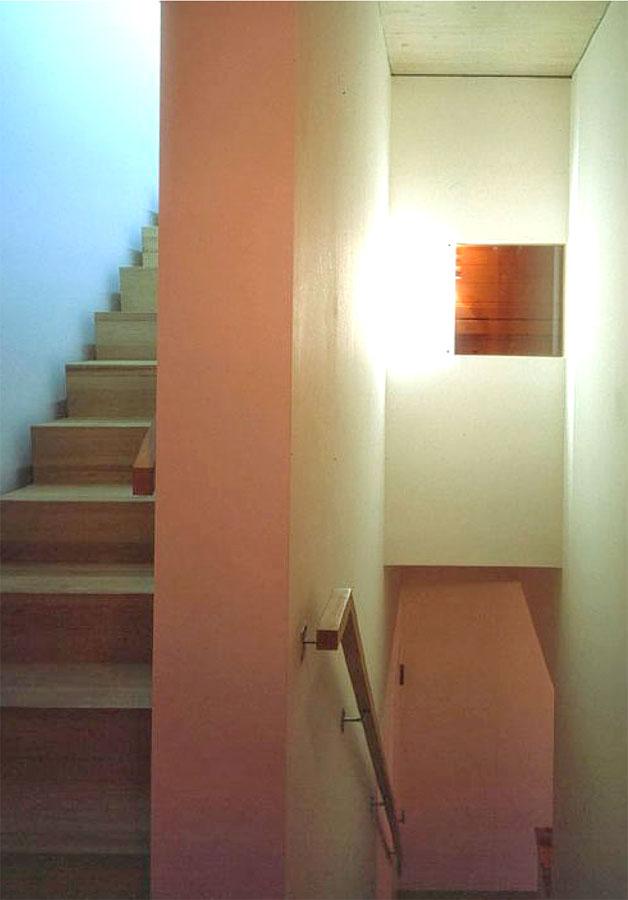 Treppenhaus mit Saunafenster
