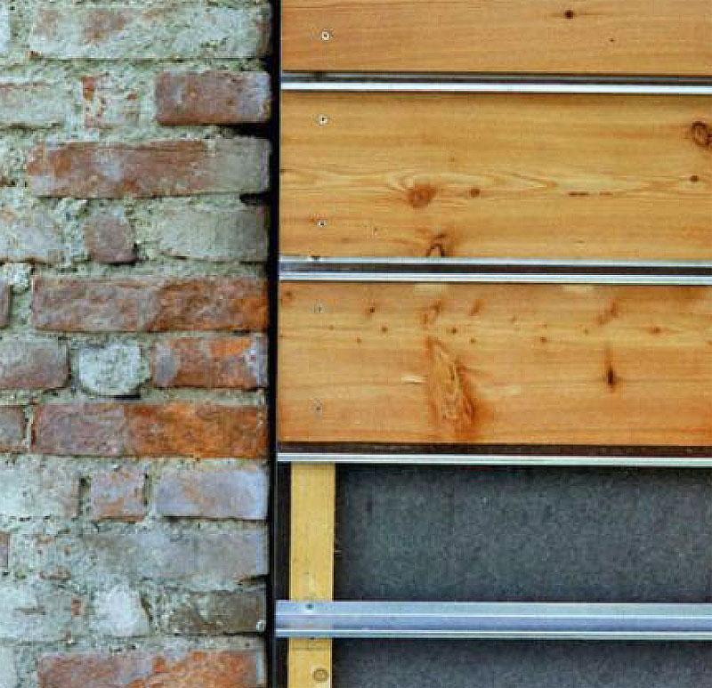 Tropfbleche zwischen Fassadenbrettern