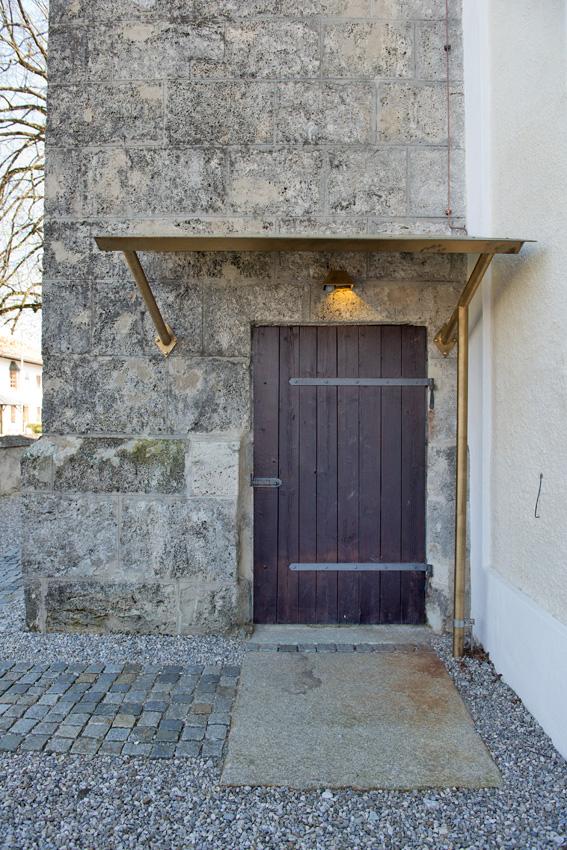 Turmeingang mit Granitplatte
