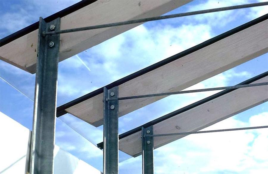 aufgeständertes Glasdach über dem Balkon