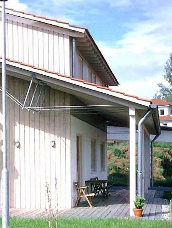 Durch die Unterspannung der Sparren konnte das ganze Haus mit 6 cm dicken Sparren gebaut werden – trotz der übergroßen Spannweiten im Giebelbereich