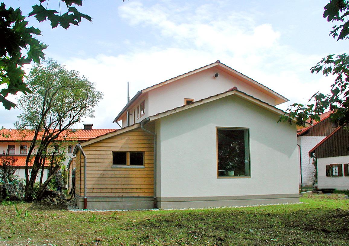 Gebetsraum mit zentralem Fenster und Seitenbelichtung